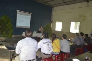 Đoàn tham quan học tập CCN  lắng nghe bà Lê Thị Tuyết Anh chia sẻ
