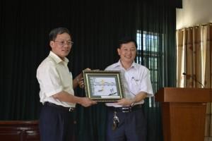 Đoàn tham quan tặng quà lưu niệm cho UBND xã Sơn Thành