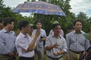 Đoàn tham quan được lắng nghe chia sẻ kinh nghiệm từ người nông dân tỉ phú