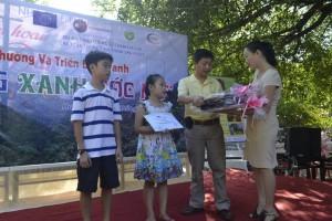 Trao thưởng cho 2 tác phẩm đạt giải nhất cho hai học sinh tiểu học