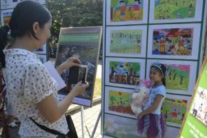 Những bức tranh đạt giải cao của liên hoan được trưng bày tại nhà Thiếu Nhi Huế