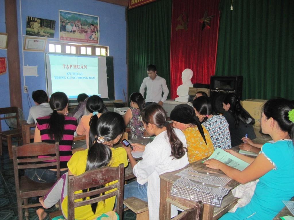 Tư vấn dự án của Trung tâm PTNT miền Trung tập huấn cho người dân thôn 3