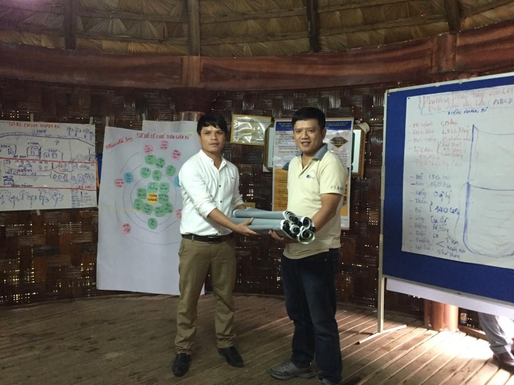 5. Ông Nguyễn Văn Nam - Trợ lý giám đốc trao quà lưu niệm cho thôn Giàn Bí