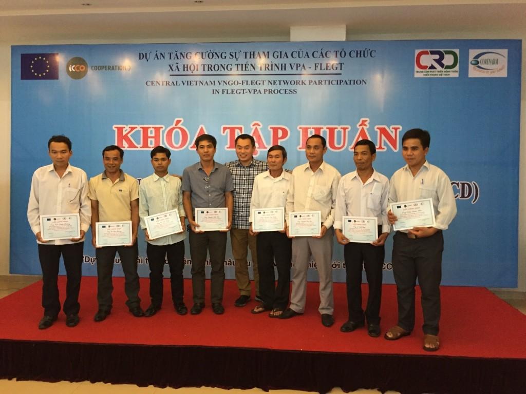 7. Ông Lê Hiền - Giám đốc Dự án trao chứng nhận cho các học viên tham gia khoá học